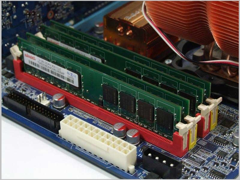оперативная память находится в вертикальных слотах справа от процессора